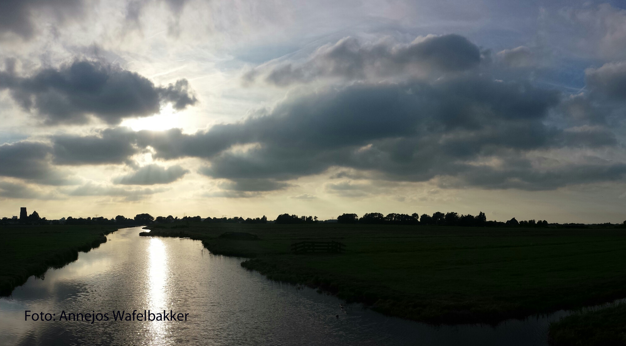 Wolken en ondergaande zon Foto AW